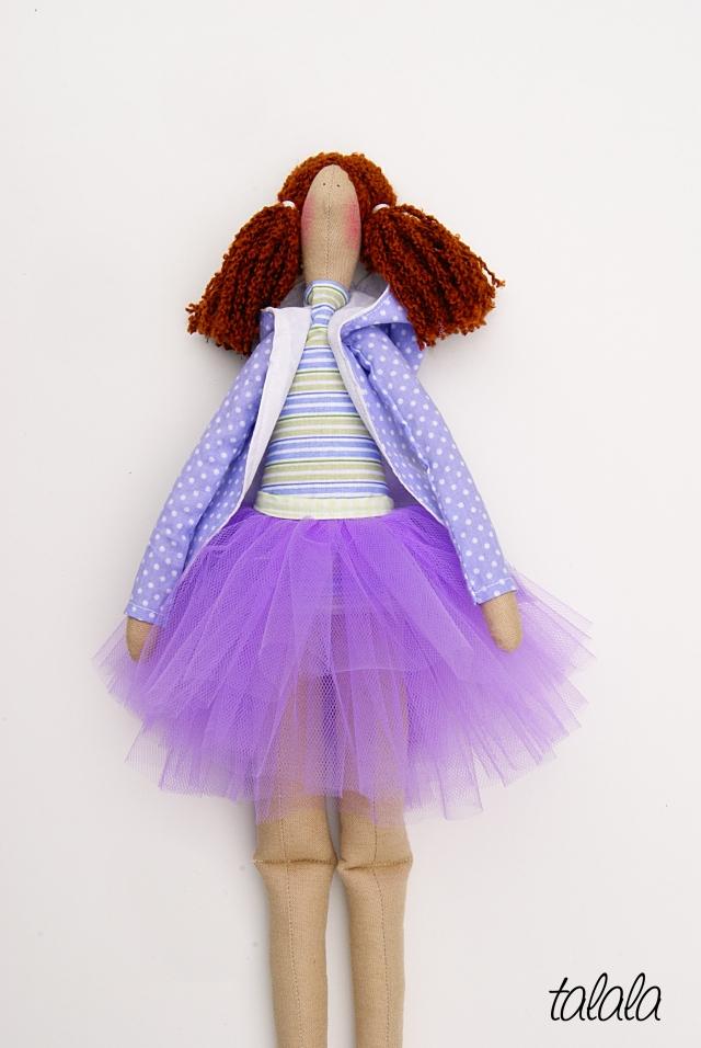 Lalka uszyta z tkanin w odcieniach fioletu