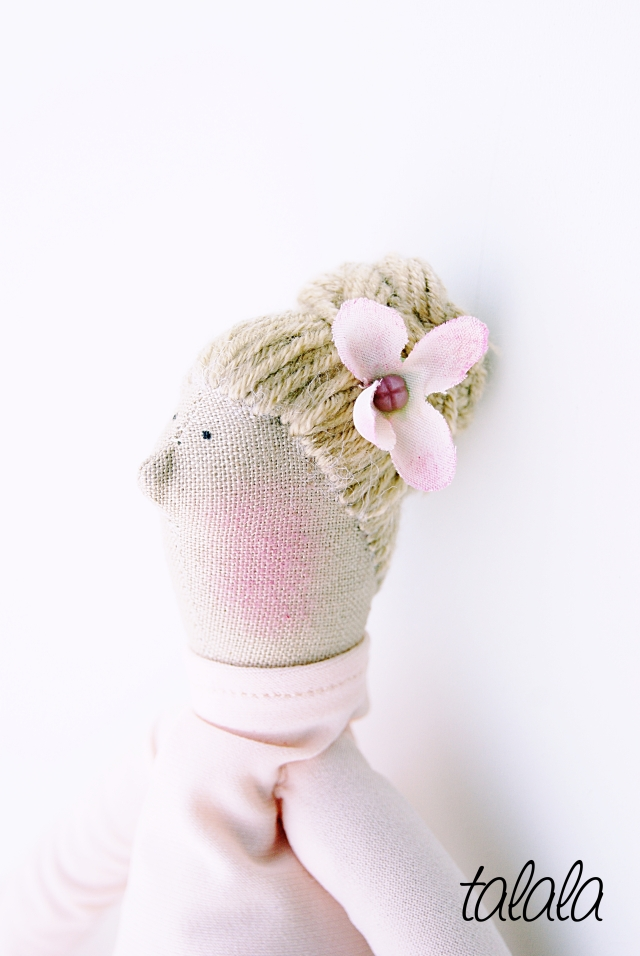 Blondynka z kokiem na głowie :)