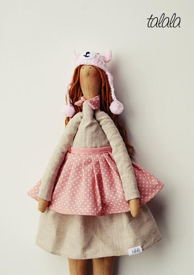 Lalka z zimową czapką